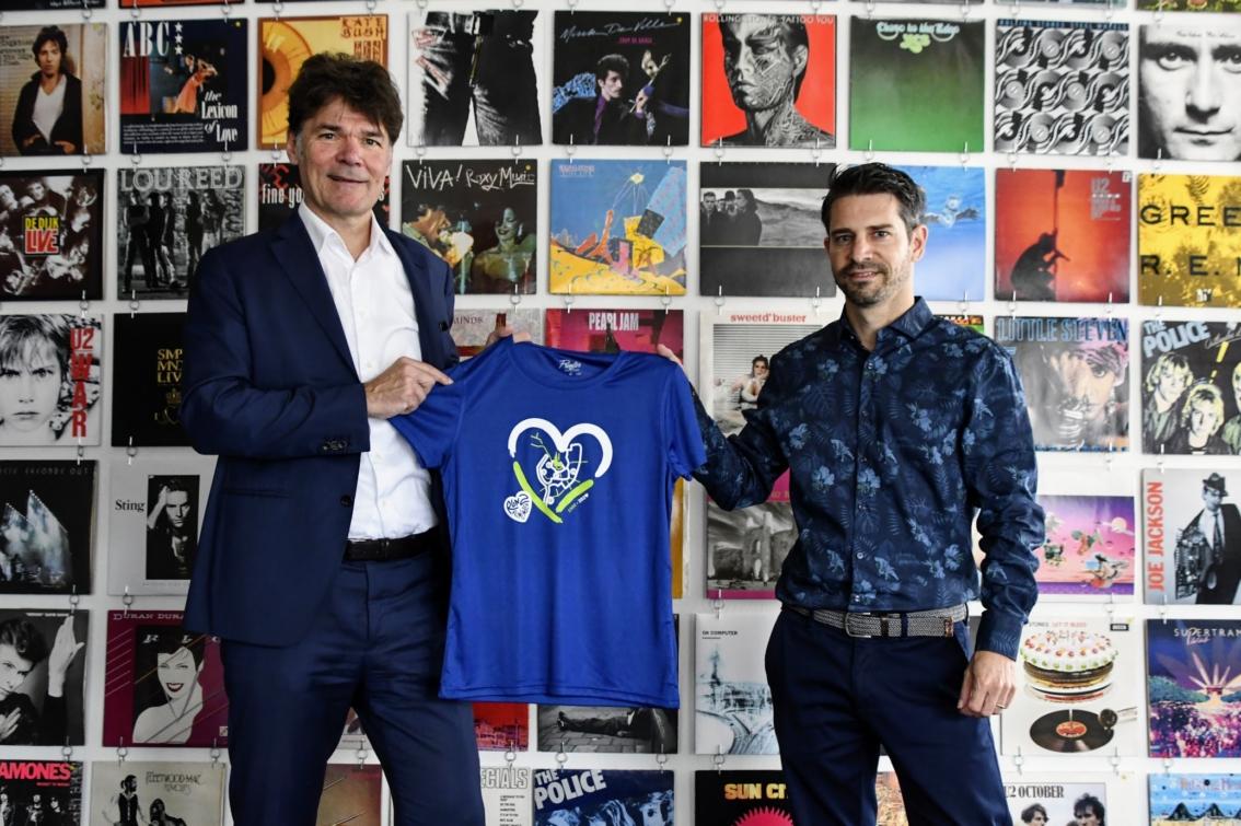 Burgemeester Paul Depla met shirt van Bredase Singelloop met ontwerp door Johan van der Schoof